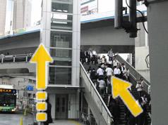 階段またはエレベーター